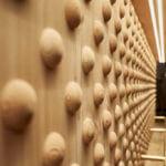 Ein wichtiges Element der Architektur des Wirtshauses ist das helle Holz.