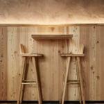 Die Tische an der Bar sind hoch und bestehen aus hellem Holz.