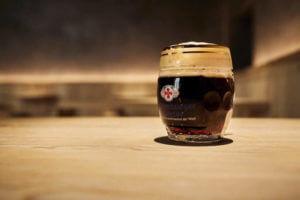 Ein dunkles Weltenburger Bier im Wirtshaus Decantei in Brixen.