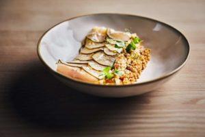 Fisch mit fermentierten Gurken und Quinoa.